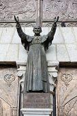 Estátua do Papa João Paulo II na Basílica del Voto Nacional, em Quito, Equador