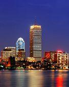 Horizonte da cidade de Boston ao entardecer com Prudential Tower e urbanas arranha-céus ao longo do Rio Charles com ligh