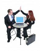 Equipe de negócios atraente na mesa bistrô dando alto cinco.  Câmera virada da tela do laptop.  Porta-arquivos