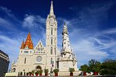 St. Stephan-Denkmal, die Betrachtung der Matthiaskirche am Budaburg in Budapest, Ungarn
