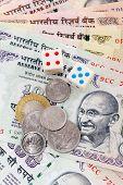 Würfel, Münzen und Banknoten der Indischen Rupie