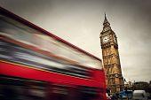 London, UK. Red Bus in Bewegung und Big Ben, der Palace of Westminster. Die Symbole für England