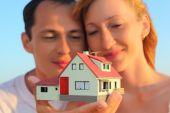Jovem mulher e homem, mantendo-se no modelo de mãos de casa com garagem