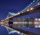 Manhattan Bridge en Manhattan Skyline in de nacht