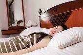 Retrato de mujer joven hermosa durmiendo en la cama