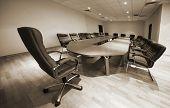 uma grande mesa e cadeiras em uma moderna sala de conferências