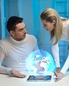 imagens de futurista, homem e mulher com holograma da Globo