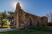 Impressionante o Halo da torre de sino retro-iluminado do histórico velho oeste espanhol missão Espada.