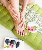 Mujer haciendo auto masaje del pie con aceite de aromaterapia