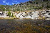 Río Gibbon superficial en el Parque Nacional de Yellowstone