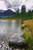 Superficial Lago frío y niebla en la parte inferior de la montaña en la distancia