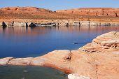 Antelope Canyon na Reserva Navajo. Barco solitário com remos flutuando no canal de água