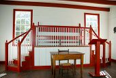 vermelho e branco interior da casa de reunião