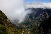 Montanhas da ilha da Madeira, acima das nuvens em Encomeada