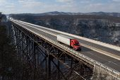 Trucker am New River Gorge Bridge