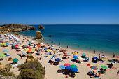 ALGARVE, PORTUGAL - 23 de agosto: Concurrida playa de Sao Rafael, el 23 de agosto de 2010 en el ALGARVE,