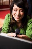 Mensajes de texto y relajante Asian Girl
