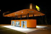 Moderne Self Service benzinestation by night