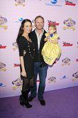BURBANK - NOV 10: Ian Ziering, Frau Erin, Tochter Mia bei der Premiere des Disney Channels