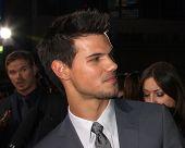 LOS ANGELES - NOV 12:  Taylor Lautner arrive to the 'The Twilight Saga: Breaking Dawn - Part 2