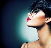 Moda arte retrato da menina bonita. Moda estilo mulher. Penteado