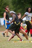 Jonge vrouwen botsen beoefenen Flag Football