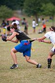Vrouwelijke Flag Football speler krijgt Grabbed By Defender