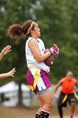 Vrouwelijke Flag Football speler vangsten Pass