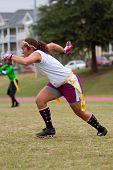 Vrouwelijke Flag Football speler punten Pass Route