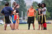 Vrouwelijke Flag Football spelers bereiden voor volgende spelen