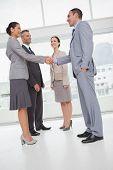 Trabalho de equipe, apertando a mão com seu novo parceiro no escritório brilhante