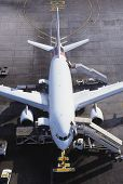 Постер, плакат: Коммерческий самолет готов для загрузки