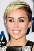 LOS ANGELES - 8 de AUG: Miley Cyrus llega a la