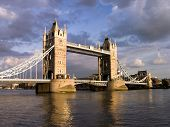 Tower Bridge von wolkigen Tag