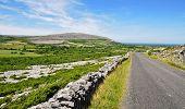 Pedra calcária de Burren paisagem na Irlanda protegida