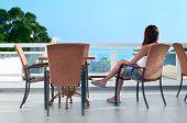 Hermosa mujer sentada en el balcón