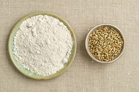 picture of oats  - Oats and oat flour in small bowls from above - JPG