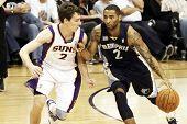 PHOENIX, AZ - 5 de noviembre: Phoenix Suns punto protector Goran Dragic (2) y Memphis Grizzlies Acie Law