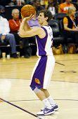 PHOENIX, AZ - 5 de noviembre: Phoenix Suns point guard Goran Dragic (2) dispara un tiro libre contra el