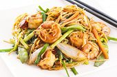 Stir-Fried noodles with prawns und vegetables