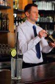 Barkeeper mit cocktail