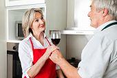 Senior Man in Küche mit seiner Frau Rotwein