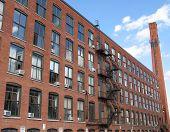 Um edifício de tijolo Industrial e céu azul