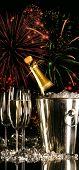 Copos de champanhe com fogos de artifício