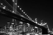 Brooklyn Bridge en de torens van lichten (Tribute in licht) 's nachts, Manhattan, New York City