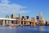 Brooklyn Bridge mit lower Manhattan Skyline Panorama am Morgen mit Wolken und blauer Himmel über E