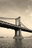Manhattan Bridge zwart-wit over de East River vanuit New York City-Lower Manhattan waterfron