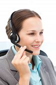 Representante muito no telefone com fone de ouvido