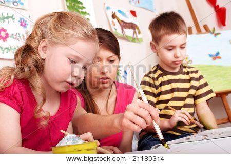 Постер, плакат: Дети живопись с учителем в игровой комнате , холст на подрамнике