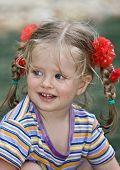 Постер, плакат: Милый ребенок с длинными волосами Природа
